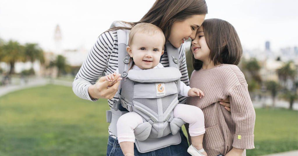 nosenje otroka s pogledom naprej